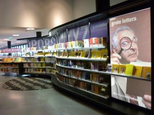 Knihy tištěné velkými písmeny v oddělení pro čtenáře se zrakovým hendikepem v Nové knihovně v Almere