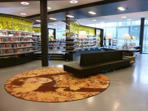"""Oddělení se žlutým designem na pozadí s názvem """"Život"""" je cílený na ženy a zahrnuje témata jako zahrada, zdraví, vaření nebo design interiérů, Nová knihovna v Almere"""
