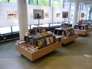 Prezentační stolky v interiéru Městské knihovny v Haarlemu